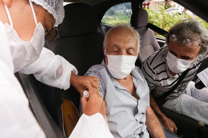 Internações e mortes de idosos caem no Rio com vacinação