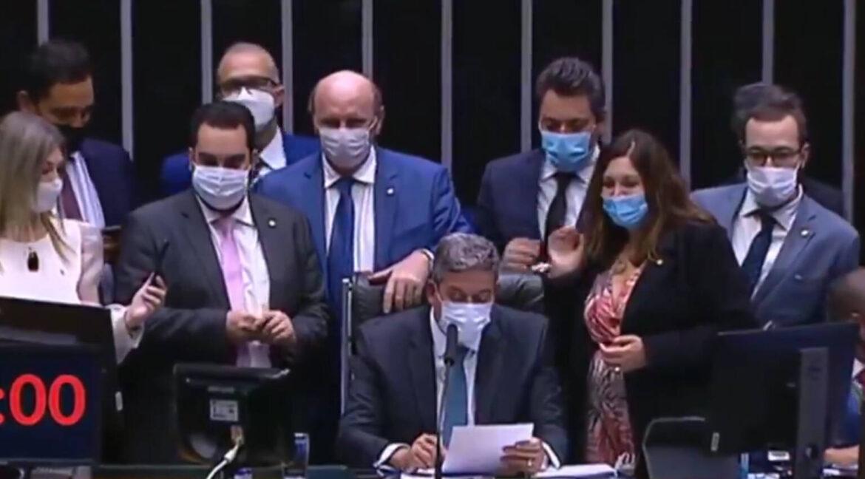Na madrugada, Lira instala comissão para analisar PEC de Bia Kicis sobre voto impresso